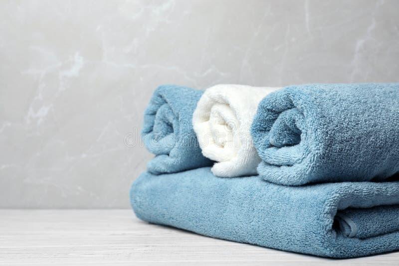 Nya handdukar på tabellen royaltyfria foton