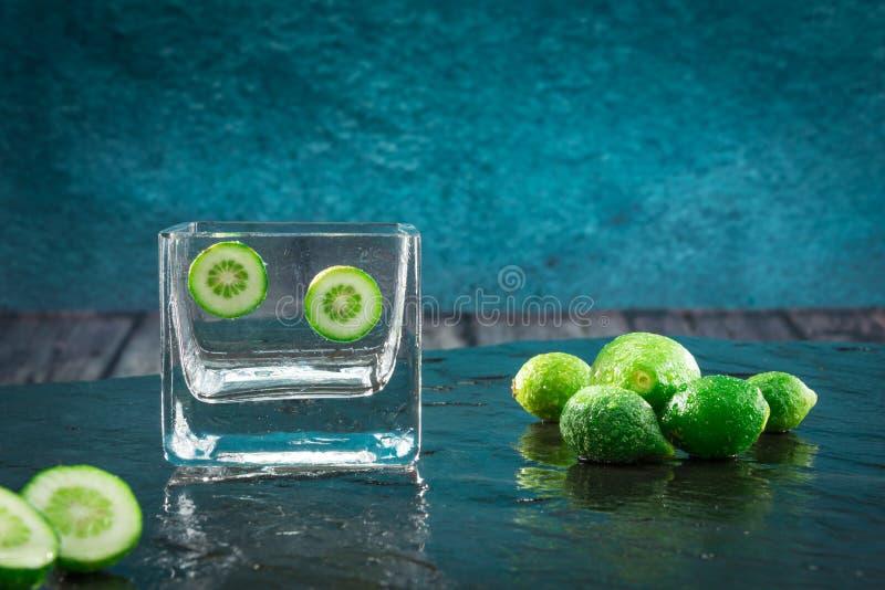 Nya hela och skivade limefrukter arkivfoto