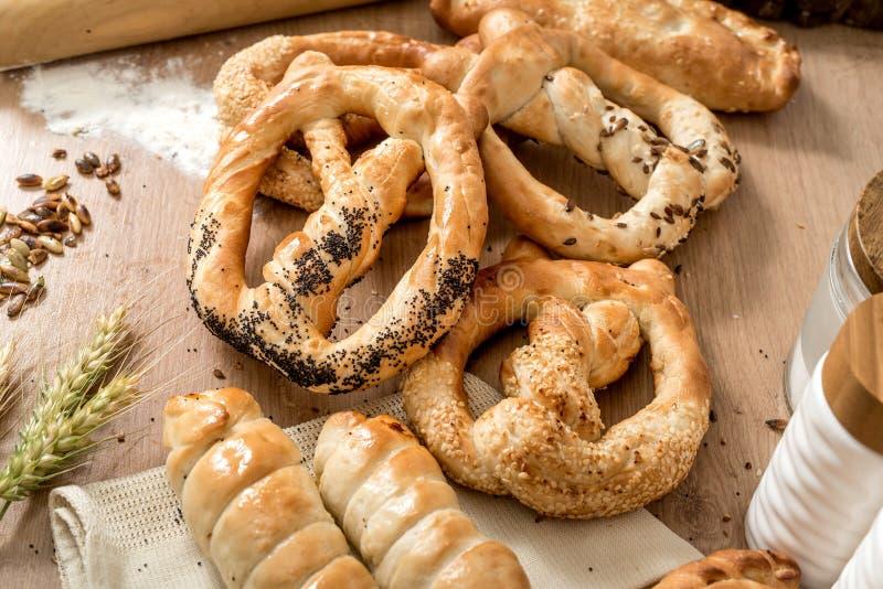 nya hela vetemellanmålkringlor med sesam och saltar på det lokala bagerit royaltyfria foton