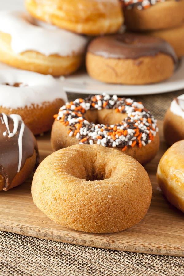 Download Nya hemlagade Donuts fotografering för bildbyråer. Bild av kalorier - 27275371