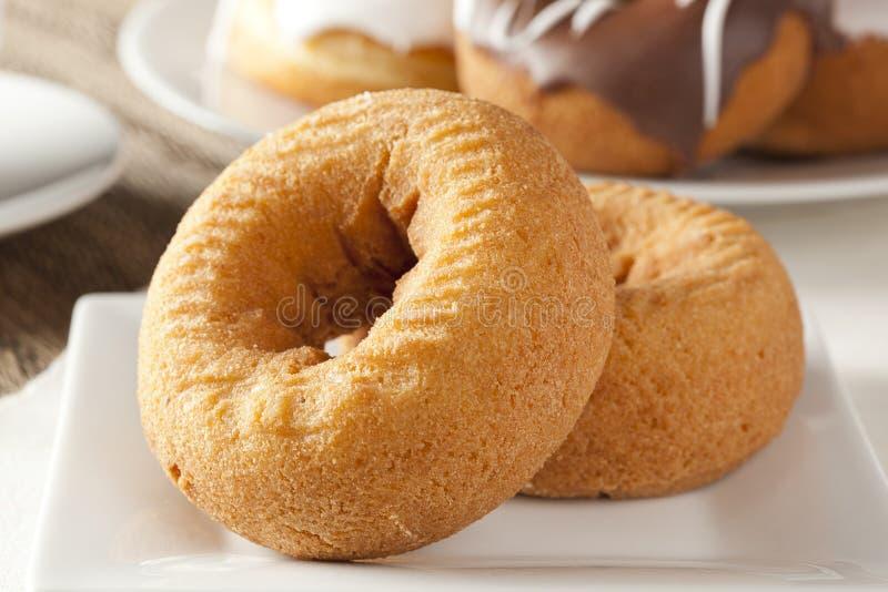 Download Nya hemlagade Donuts fotografering för bildbyråer. Bild av mellanmål - 27275975