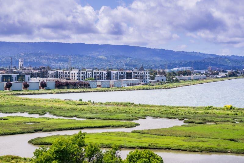 Nya hyreshusar under konstruktion på shorelinen av San Francisco Bay royaltyfria foton