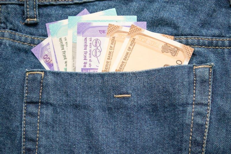 Nya indiska valutor för serien allra, pengar i jeans stoppa i fickan royaltyfri fotografi