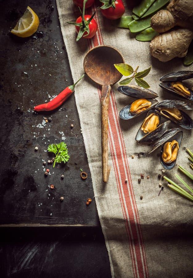 Nya ingredienser för en gourmet- havs- matställe royaltyfria bilder
