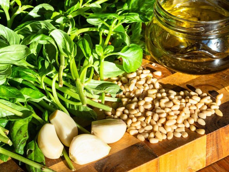 Nya ingredienser för Pesto på träbräde royaltyfri foto