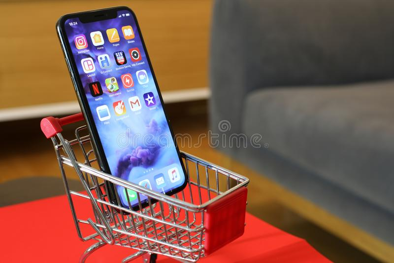 Nya Iphone X eller vagn för shopping tio royaltyfria bilder