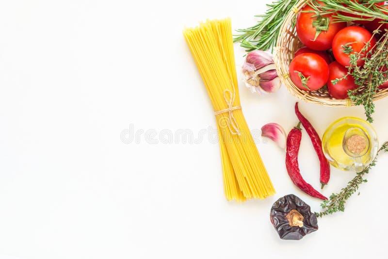Nya italienska pastamaträttingredienser Mogna röda tomater Rosemary Thyme i den vide- korgen Olive Oil i varma peppar för flasksp royaltyfri bild