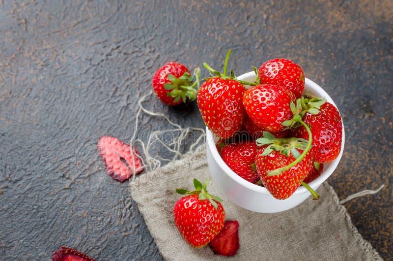 nya jordgubbar för kopp royaltyfria bilder