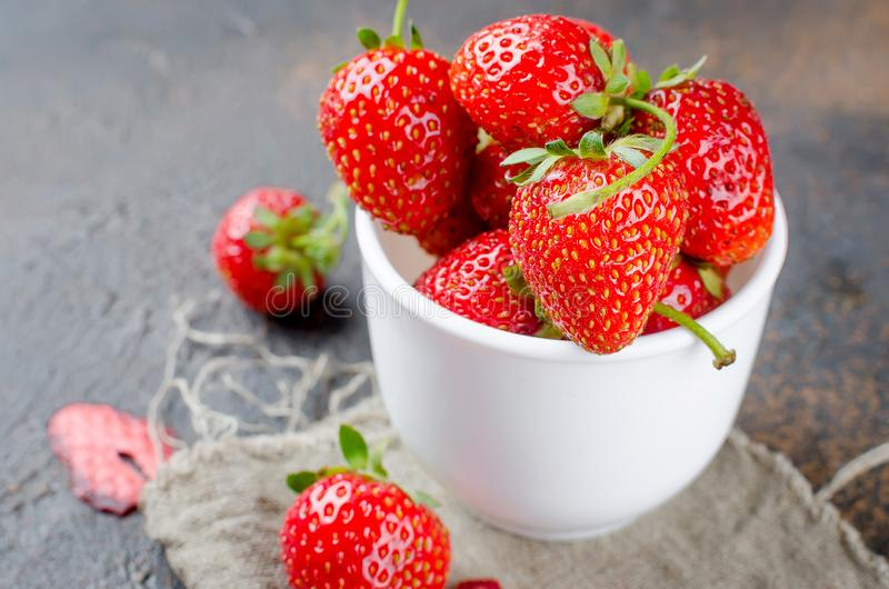 nya jordgubbar för kopp royaltyfri bild