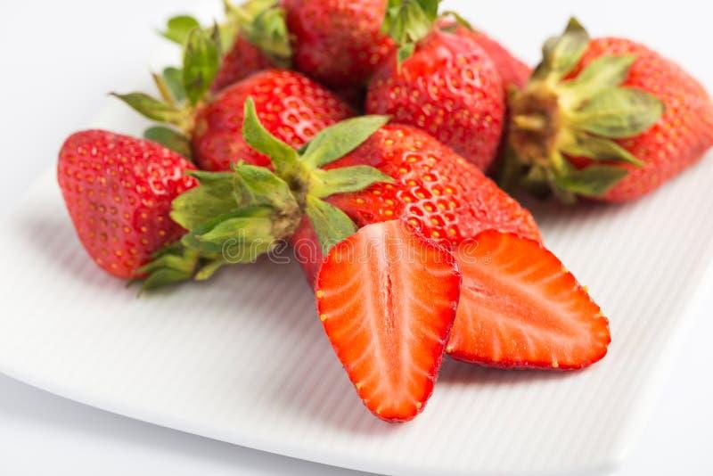 Nya jordgubbar i platta royaltyfri bild
