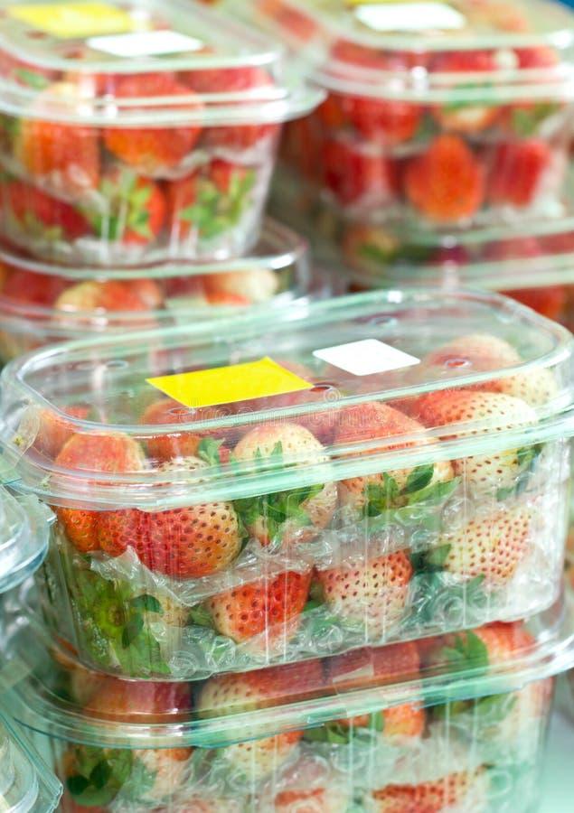 Nya jordgubbar i stängda plast- askar. royaltyfri bild