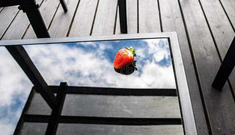 Nya jordgubbar på en glass tabell royaltyfria foton
