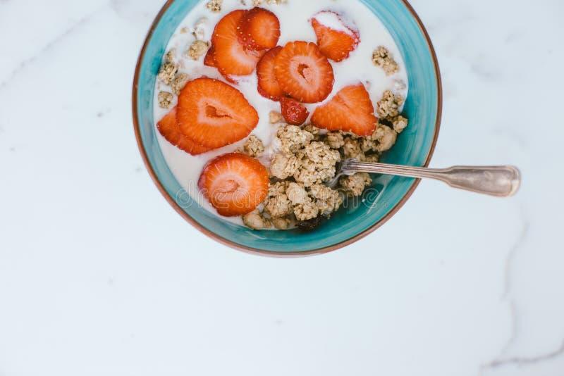 Nya jordgubbar, yoghurt och hemlagad granola för sund bre arkivfoto