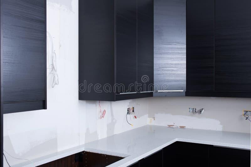 Nya köksskåp, elektriskt ledningsnät, uttag, kopplar installation royaltyfria foton