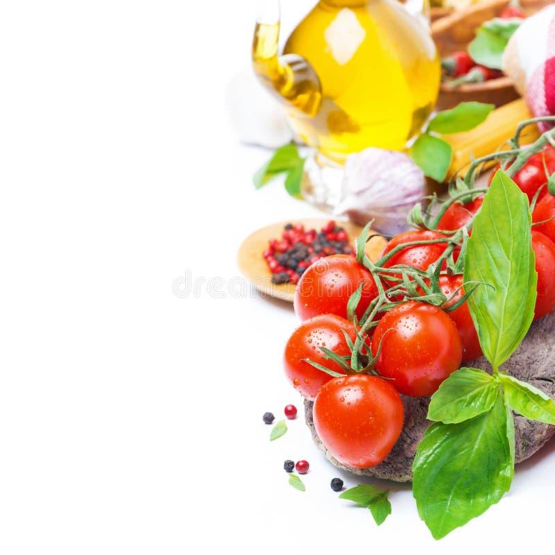 Nya körsbärsröda tomater, basilika, olivolja och kryddor, royaltyfria foton