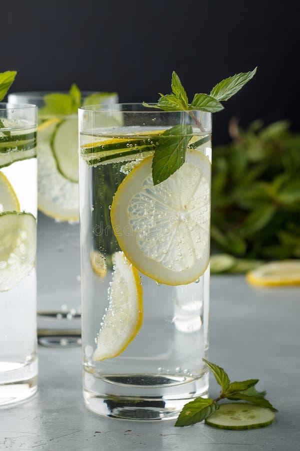 Nya kalla detoxicke-alkoholist coctailar för sunt äta på grå färgtabellen arkivbilder