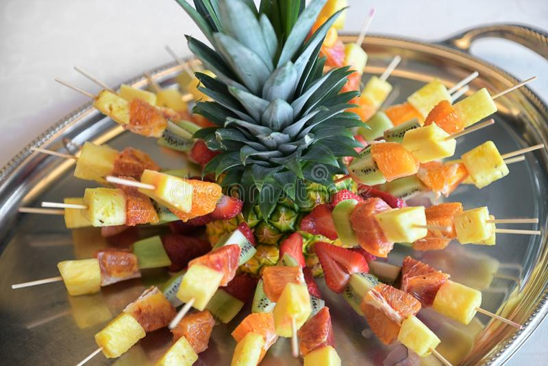 Nya kebaber eller steknålar för tropisk frukt royaltyfria foton
