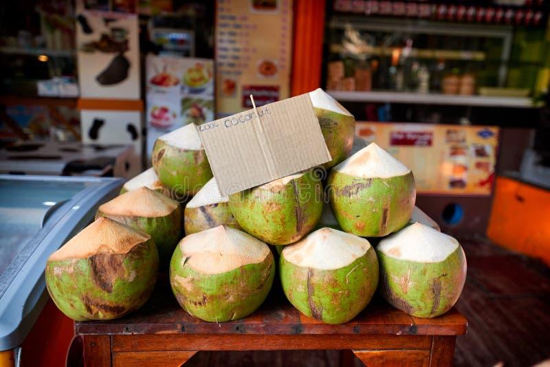 Nya kokosnötter som är till salu på lokal marknad i Thailand arkivfoto