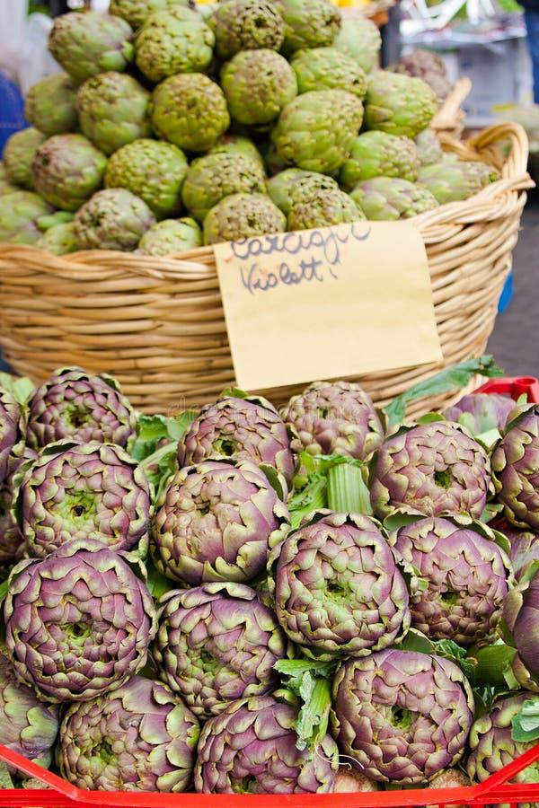 Nya kronärtskockor på den marknadsCampo deien Fiori, Rome royaltyfri foto