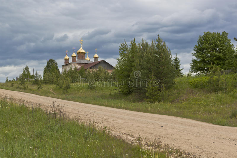 Nya kupoler på stärkande kyrka av St Nicholas i bygenomsnitt & x28; Olyushin& x29; Verhovazhskogo område, Vologda region royaltyfri foto