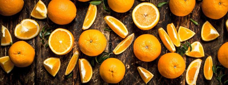 nya leavesapelsiner royaltyfri bild