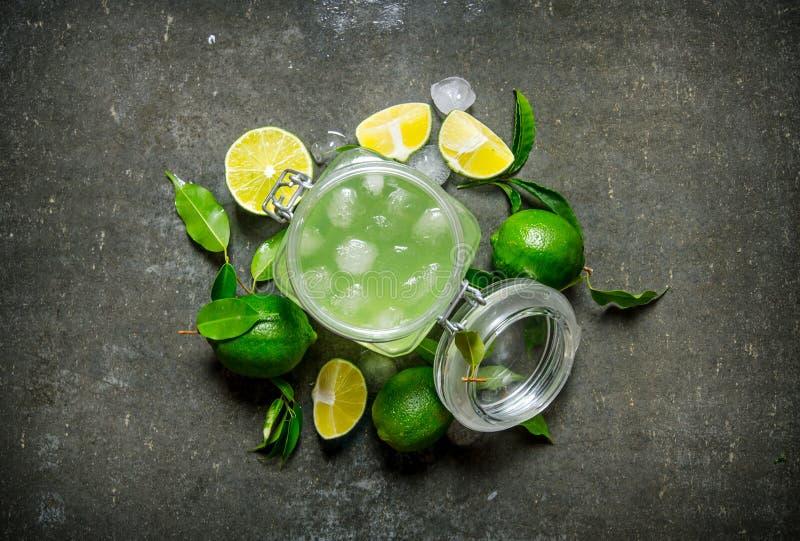 Nya limefrukter i en kastrull med skivor och royaltyfri bild