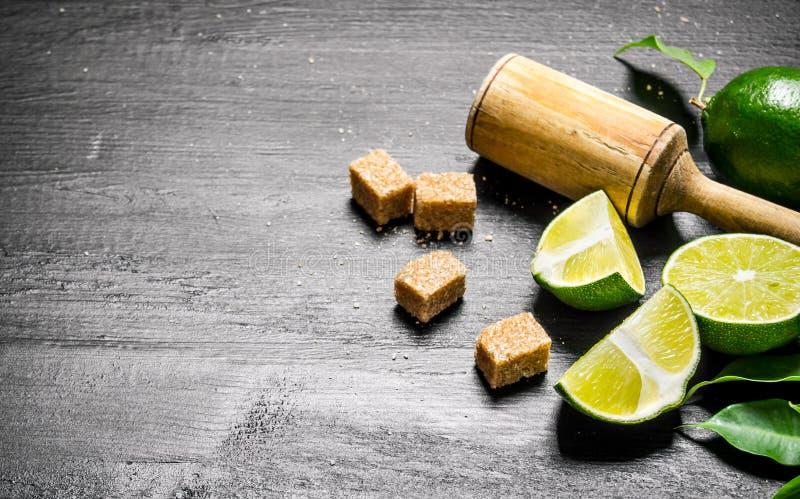 Nya limefrukter i en kastrull med skivor och arkivfoton