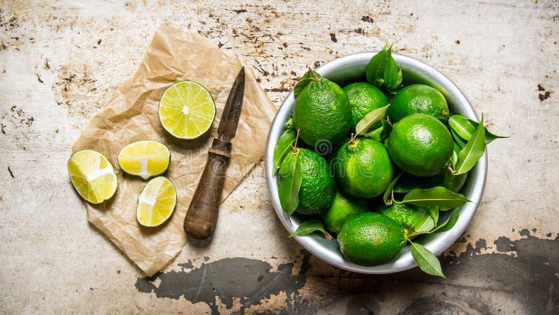 Nya limefrukter i en kastrull med skivor och fotografering för bildbyråer