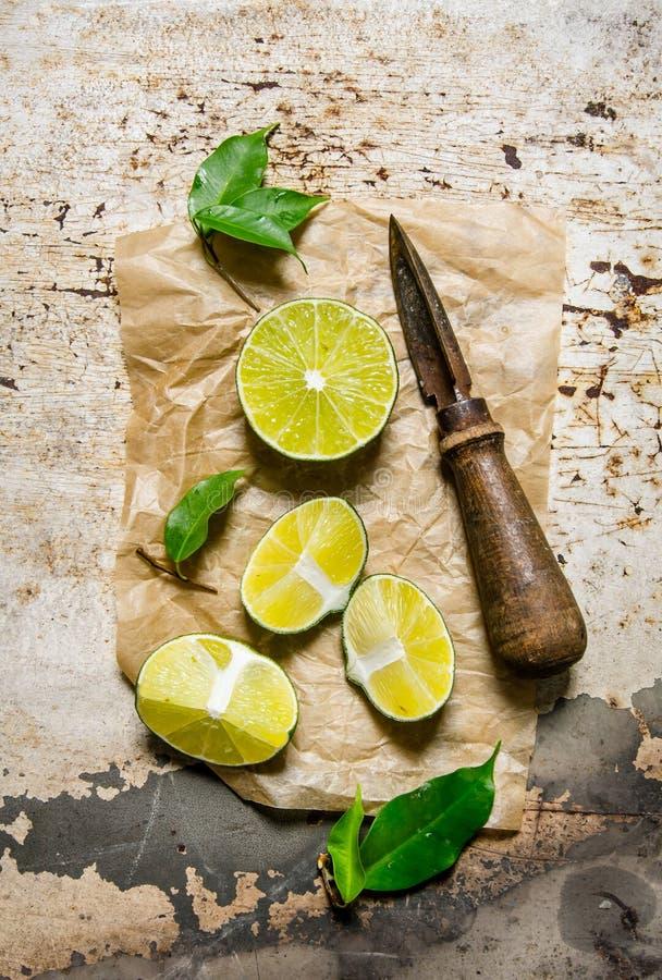 Nya limefrukter i en kastrull med skivor och royaltyfria foton