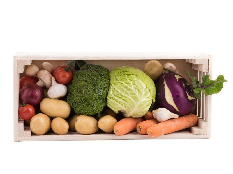 Nya mång--färgade grönsaker i träspjällåda Organisk mat Vit bakgrund arkivbilder