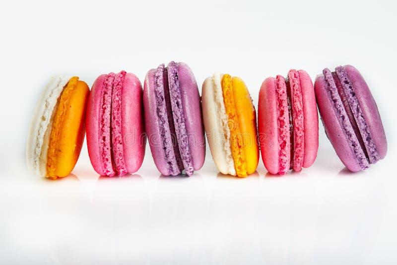 Nya macarons av olika färger och anstrykningar som isoleras på vit arkivbilder