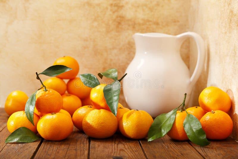 Nya mandariner frukt eller tangerin med sidor arkivfoton
