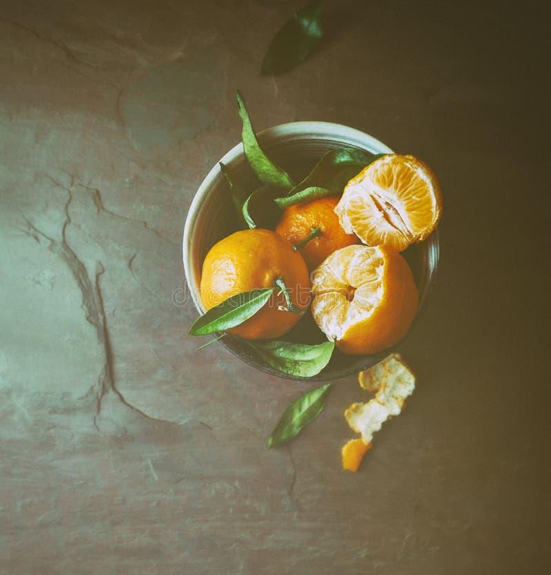 Nya mandariner i en keramisk bunke royaltyfria foton