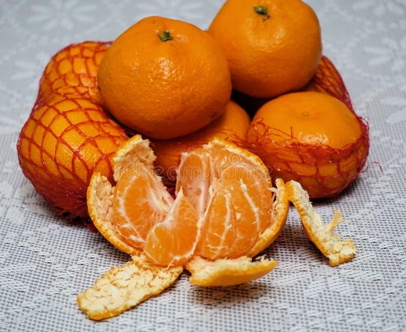 Nya mandariner i mogna orange tangerin för plast- ingreppssackfresh i plast- rasterslut upp arkivfoto
