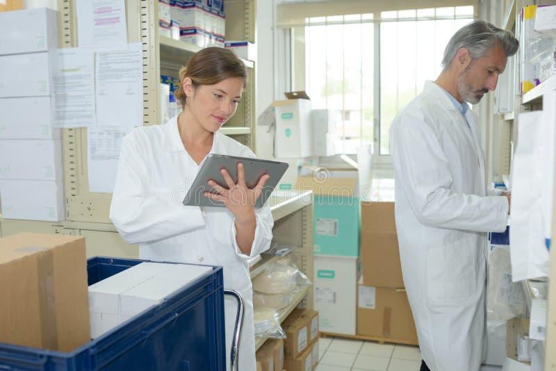 Nya mediciner för ankomst i apotek royaltyfri foto