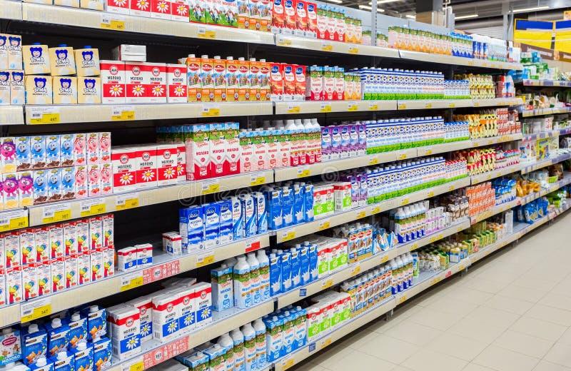Nya mejeriprodukter ordnar till till salu på det Lenta lagret royaltyfri foto