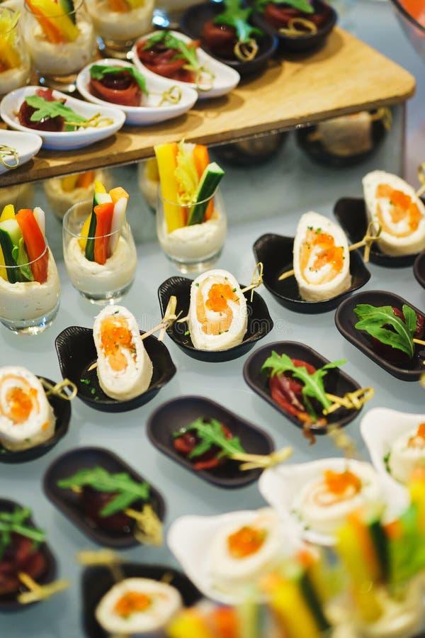 Nya mellanmål fiskar kött, tonfisk, med gräsplaner på tabellen i restaurang Top besk?dar arkivbilder