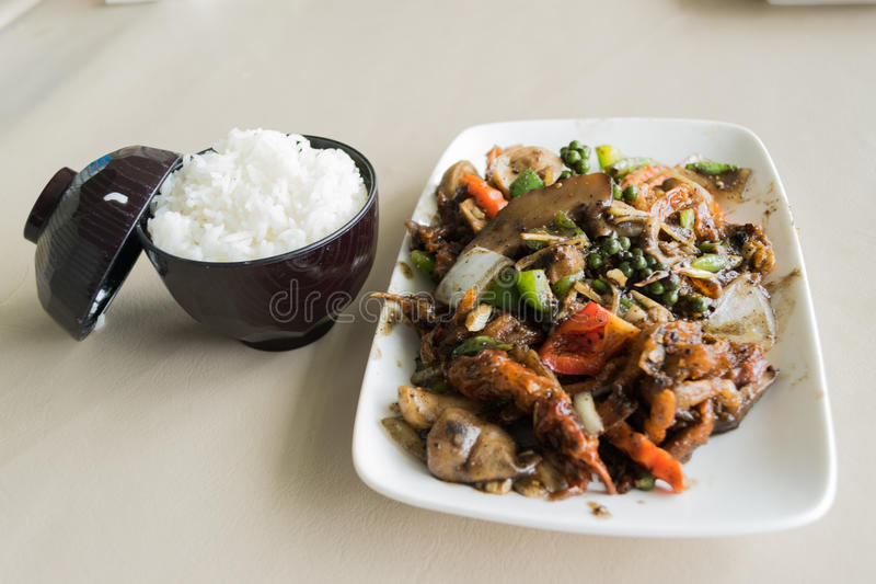 Nya mjuka krabbor som lagas mat i svartpepparsås med ris royaltyfria bilder