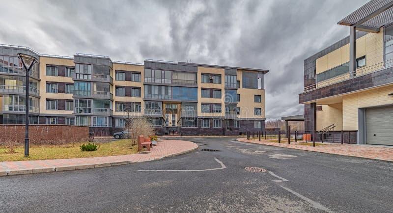 Nya moderna bostadshus med belysta fönster arkivfoton