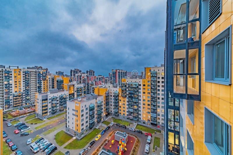 Nya moderna bostadshus med belysta fönster royaltyfri foto