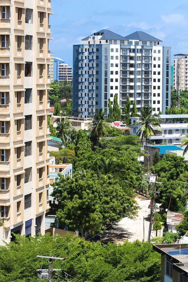 Nya moderna byggnader i Dar-es-Salaam, Afrika område moscow en panorama- sikt royaltyfri foto