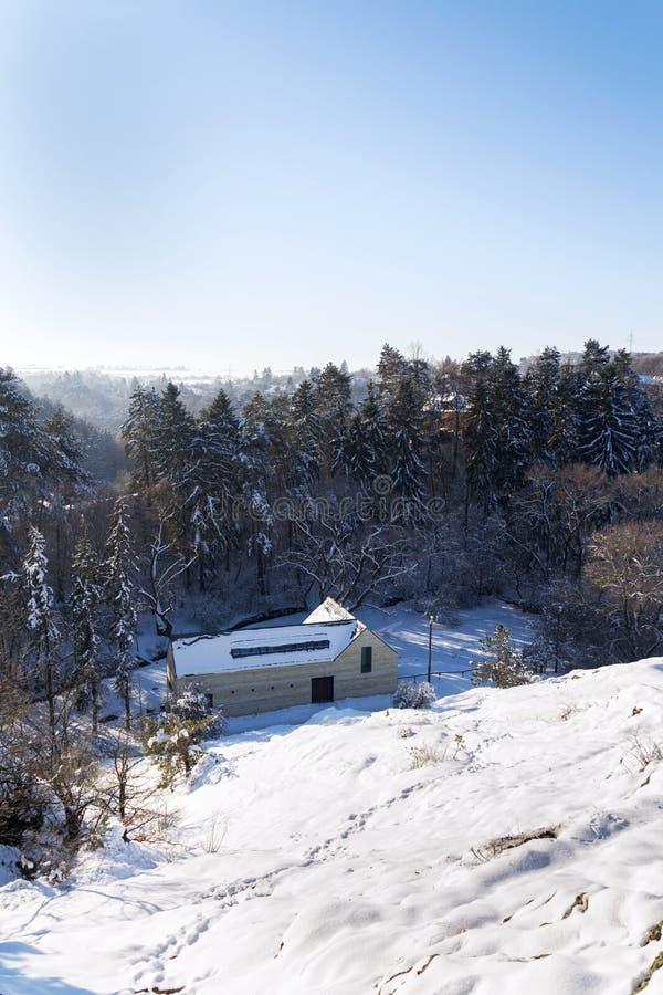 Nya moderna lägenheter för dröm- hus i den snöig dalen på solig frysa vinterdag royaltyfri foto