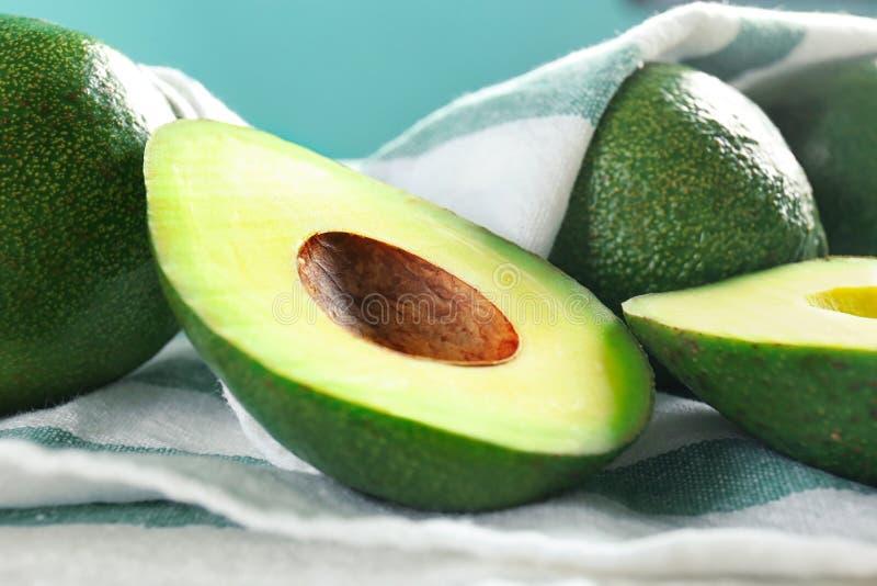 Nya mogna avokadon på tabellen, closeup fotografering för bildbyråer