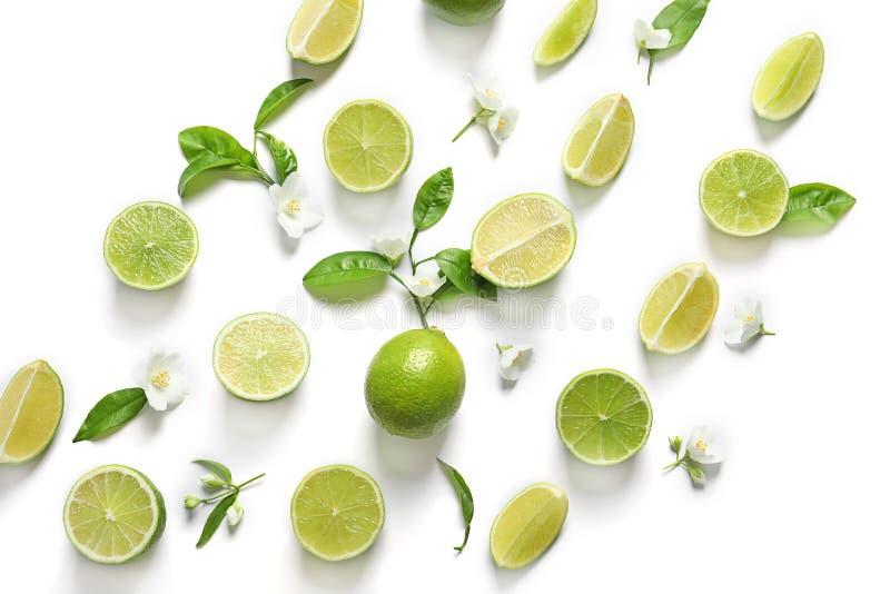 Nya mogna gräsplanlimefrukter på vit bakgrund, bästa sikt royaltyfri foto
