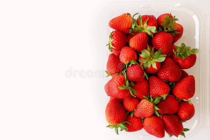 Nya mogna jordgubbar i asken, slut upp, bästa sikt arkivfoto