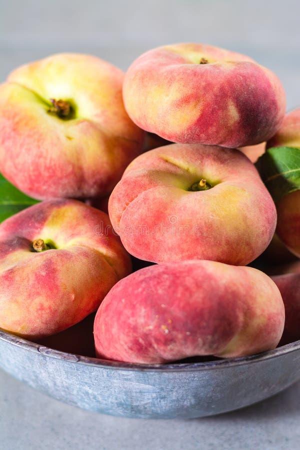 Nya mogna kineslägenhetsaturn persikor med sidor royaltyfria bilder