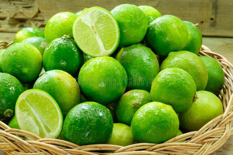 Nya mogna limefrukter arkivfoto
