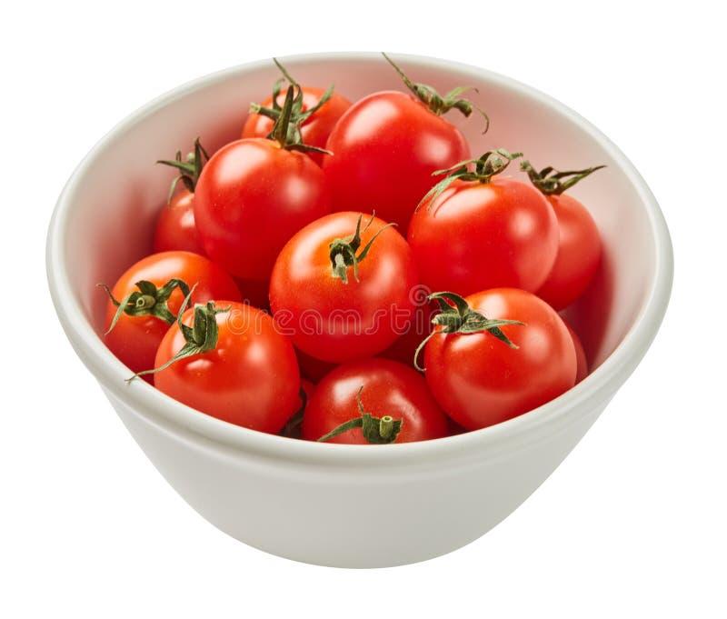 Nya mogna tomater i den keramiska bunken som isoleras på vit bakgrund med det gröna bladet Ingredienser för matlagning Top beskåd arkivfoton