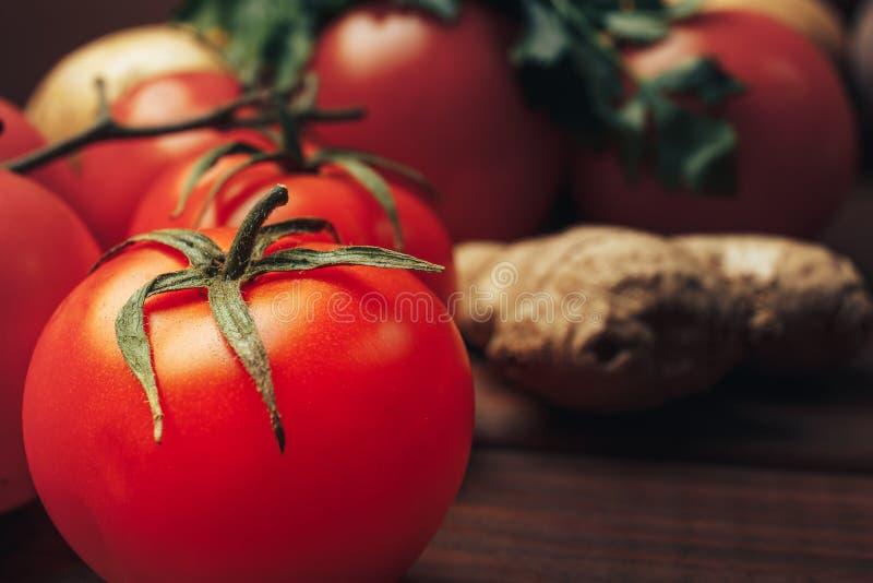 Nya mogna tomater på trätabellen arkivfoton