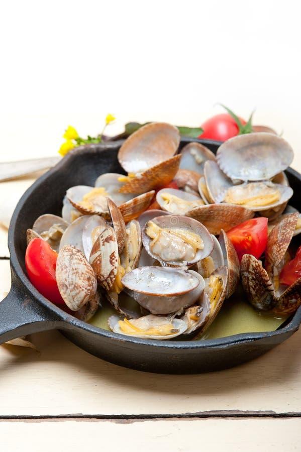Nya musslor på en järnkastrull royaltyfri bild